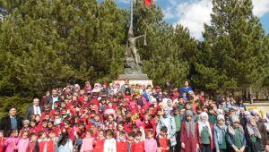 MİNİKLER, 18 MART ŞEHİTLERİNİ, BÜYÜK TAARRUZ'UN BAŞLADIĞI KOCATEPE'DE ANDI
