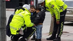 ÇOCUKLARIN POLİS SEVGİSİ GÖRENLERİ DUYGULANDIRDI