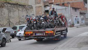 TRAFİK EKİPLERİ PLAKASIZ VE EKSİK EVRAKLI MOTOSİKLETLERİ TOPLADI