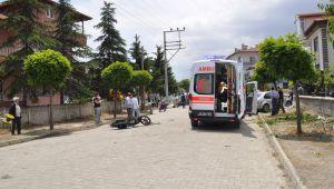 OTOMOBİL ELEKTRİKLİ BİSİKLET VE MOTOSİKLETLE ÇARPIŞTI, 2 YARALI