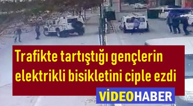 TRAFİKTE TARTIŞTIĞI KİŞİLERİN ELEKTRİKLİ BİSİKLETİNİ ARACIYLA EZDİ!..