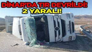 DİNAR'DA TIR DEVRİLDİ