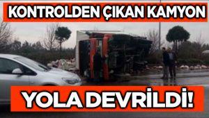 KONTROLDEN ÇIKAN KAMYON YOLA DEVRİLDİ