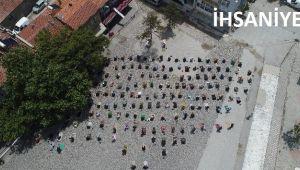 İHSANİYE'DE MEYDANDA CUMA NAMAZI KILINDI
