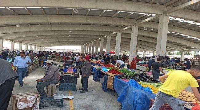 AFYONKARAHİSAR'DA KURULAN PAZAR YERİNDE SOSYAL MESAFEYİ YİNE HİÇE SAYDILAR