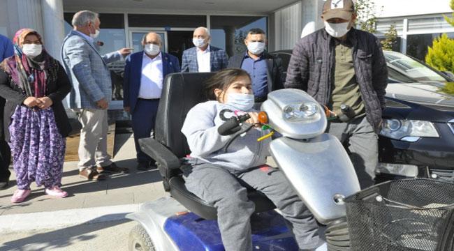 AFYON'DA 12 YAŞINDAKİ BEDENSEL ENGELLİ KIZA AKÜLÜ SANDALYE HEDİYE EDİLDİ