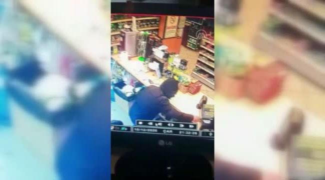 Akaryakıt istasyonundaki marketin kasasından hırsızlık güvenlik kamerasına yansıdı