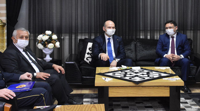 Başkan Zeybek Bakan Soylu'ya ekmek kadayıfı ikram etti