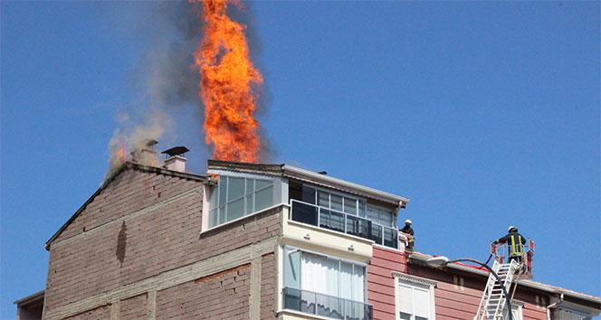 Çatıdan çıkan yangını fark eden bekçiler, yabancı uyruklu iki aileyi tahliye etti