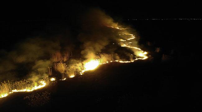 Eber Gölü'nde suların çekildiği arazide yangın çıktı