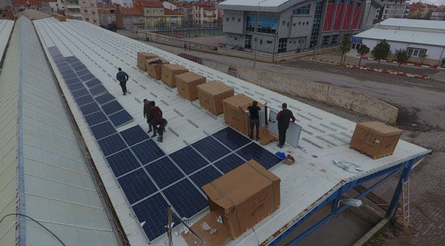Kapalı pazaryerini güneş enerji santraline çevirdiler