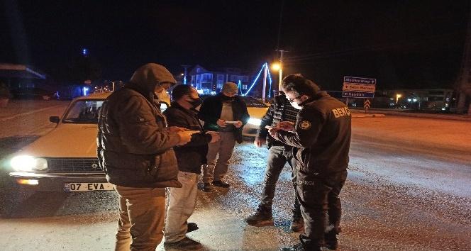 Sokağa çıkma kısıtlamasında ehliyetsiz araç sürerken polise yakalandı