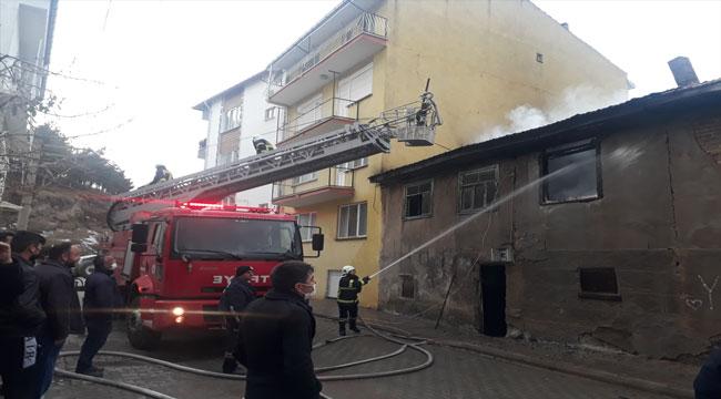 Afyon'da iki katlı ahşap binada çıkan yangın söndürüldü