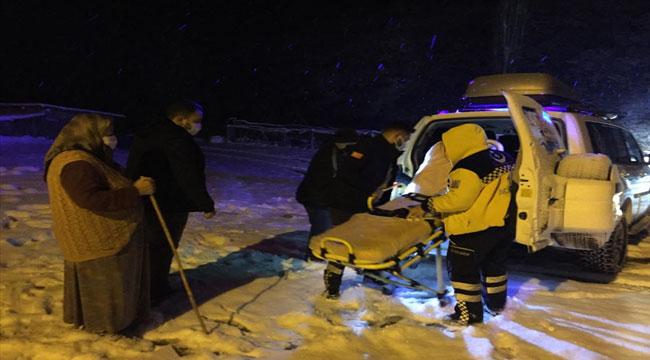 Afyon'da kar nedeniyle ulaşımda güçlük çekilen köyde ayağı kırılan vatandaş, ambulansla hastaneye kaldırıldı