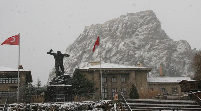 Afyon'da kar yağışı etkili oldu