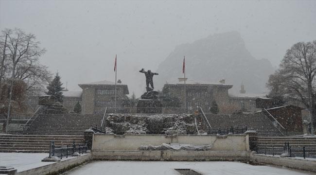 Afyon'da kar yağışı etkili oluyor