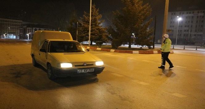 Afyon'da kısıtlamanın başlamasıyla sokaklar boş kaldı