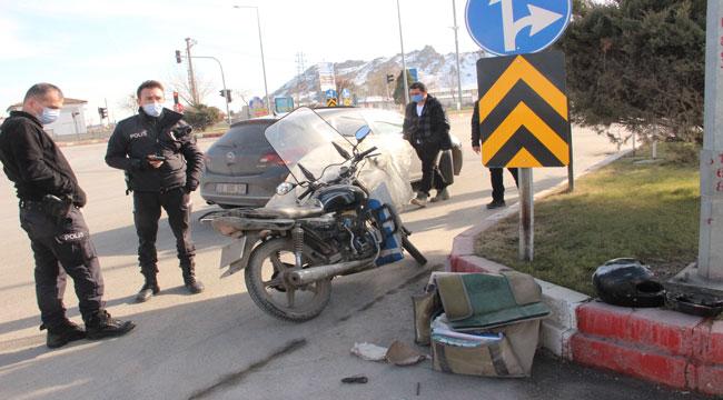 Afyon'da otomobille çarpışan motosikletli kurye yaralandı