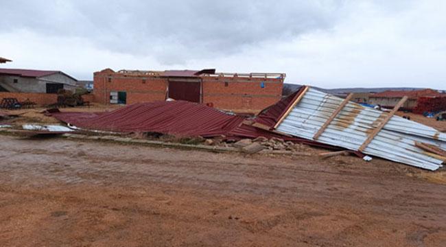 Afyon'da şiddetli rüzgar nedeniyle samanlığın çatısı uçtu