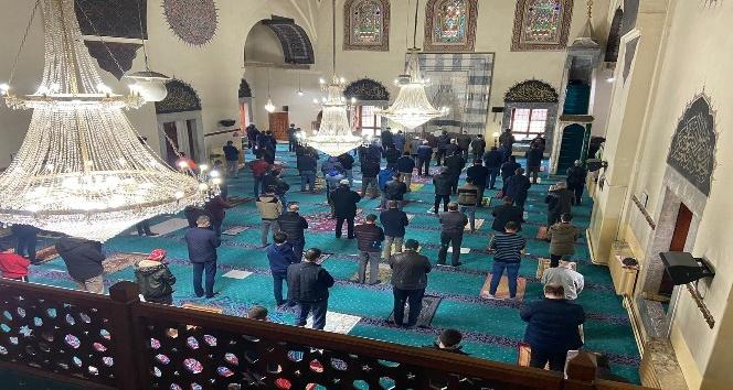 Afyonkarahisar'da kısıtlamalı Cuma namazında camiler doldu
