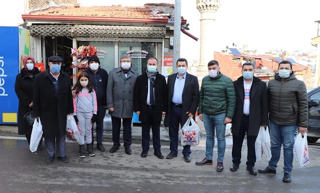 AK Partili heyet mahalle bakkalından alışveriş yapıp ihtiyaç sahibi ailelere dağıttı
