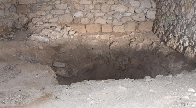 Defineciler, Afyon'da iki türbeyi tahrip etti