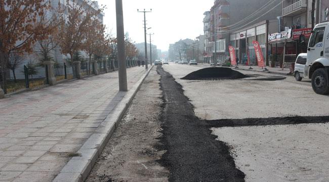 Emirdağ'da bozulan yollarda asfalt yama çalışmaları başladı