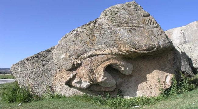 Frig Vadisinin en dikkat çekici eseri: Yılantaş Kaya Mezarı