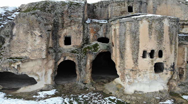 Frigya'da kayaya oyularak yapılan Ayazini Kilisesi inanç turizmine kazandırılacak