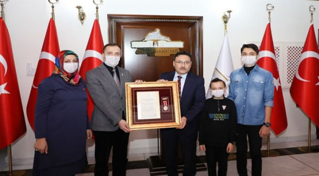 Gazi Ertuğrul Demir'e Devlet Övünç Madalyası ve Beratı tevcih edildi