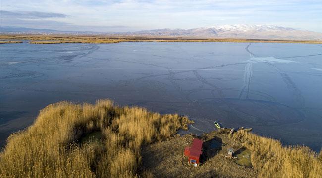 Göçmen kuşların durağı Eber Gölü buz tutan yüzeyi ile cazibe merkezi