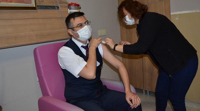 İlk koronavirüs aşısı Sağlık Müdürü Dr. Serhat Korkmaz'a!..