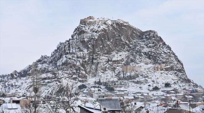 Kar yağışıyla beyaza bürünen Karahisar Kalesi güzelliğiyle büyülüyor