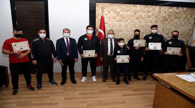 Şampiyon haltercilerden Başkan Zeybek'e ziyaret