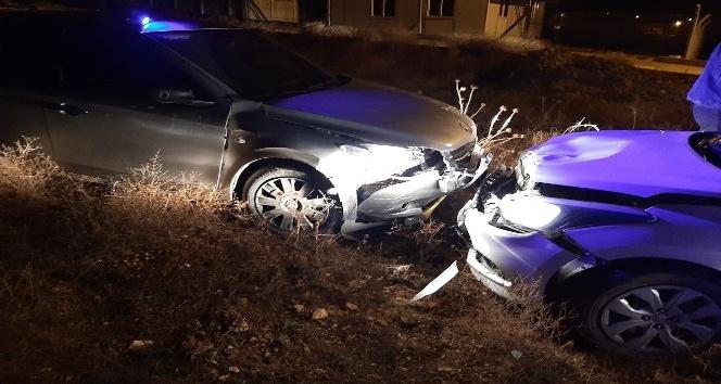 Uyuşturucu maddeleri yola atıp polis aracına çarparak kaçmaya çalıştılar