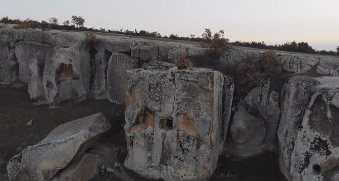 3 bin yıllık Aslantaş Kaya Mezarına turist ilgisi