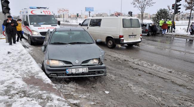 Afyon'da 3 aracın karıştığı kazada bir kişi yaralandı