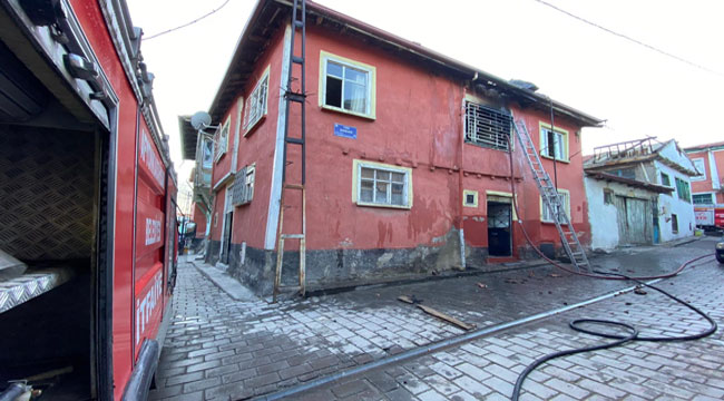 Afyon'da ev yangını, iki oda kullanılamaz hale geldi