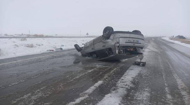 Afyon'da ıslak zeminde kayan otomobil takla attı: 2 yaralı