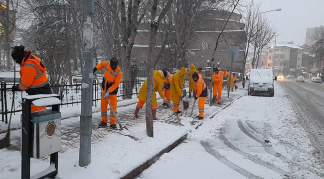 Afyon'da karla mücadele devam ediyor