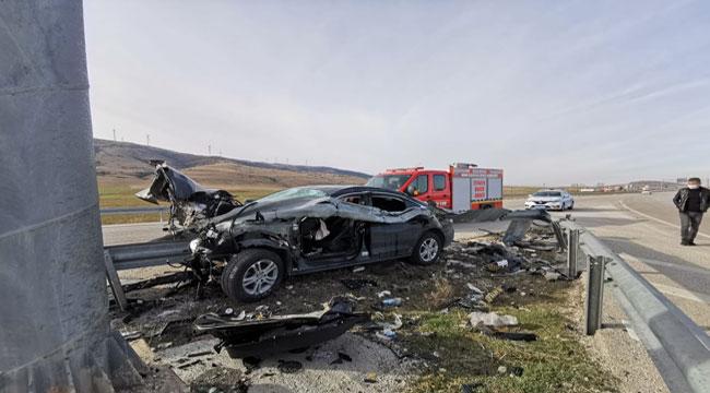 Afyon'da feci kaza, bariyer otomobile saplandı