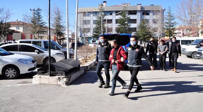 Afyon'da uyuşturucu operasyonunda yakalanan 5 kişi adliyeye sevk edildi