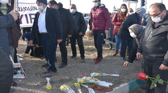 Afyon'da vatandaşlar ölümlü kazaların sık yaşandığı kavşağa karanfil bıraktı