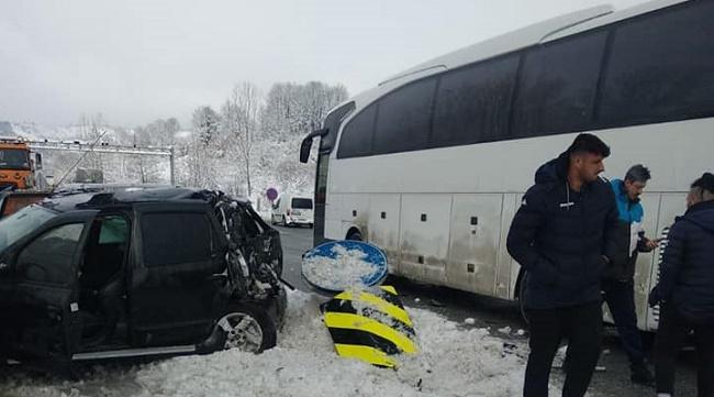 Afyon Erkek Voleybol Takımı'nı taşıyan otobüsle çarpışan cipteki 3 kişi yaralandı