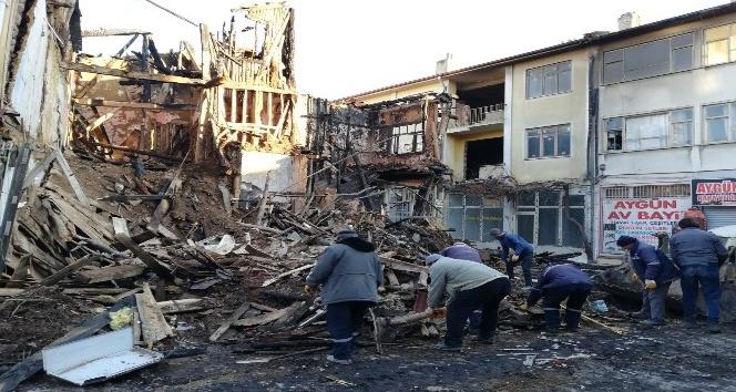 Bolvadin'de yangın sonrası enkaz kaldırıldı