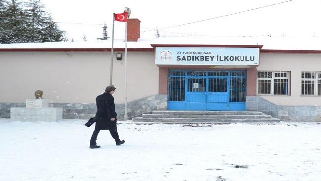 Metin Yalçın, yüz yüze eğitime başlayan köy okullarını ziyaret etti