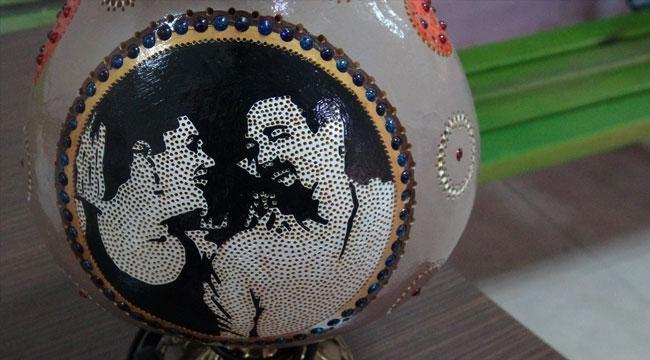 Sandıklı'da kadınlar sevgilerini işlediği su kabaklarını eşlerine hediye ettiler