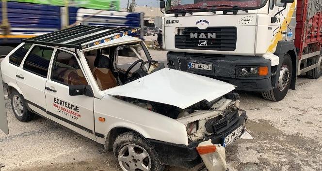 Tır, otomobili metrelerce sürükledi; 2 yaralı