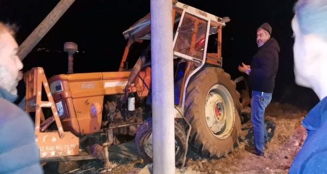 Traktör, elektrik direğine çarptı, sürücü yaralandı