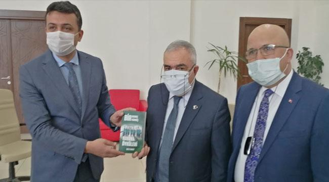 Afyon'da emekli öğretmen koronavirüs mücadelesinin kitabını yazdı